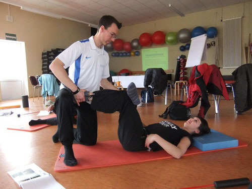 Stefan Adler demonstriert eine Übung zur Dehnung der Gesäßmuskulatur (rechts)