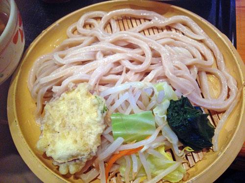 麺は冷水で絞められていた 糧としてサツマイモの天ぷらと、茹でた野菜がついてくる