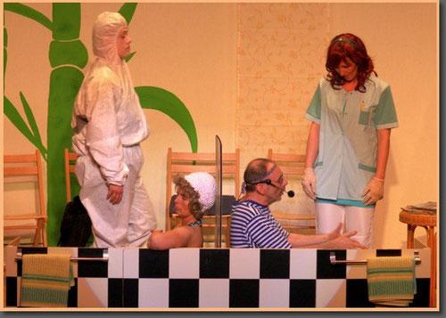 """Am 9.4.2010 hatte nun das Stück """"Auf 'e' Kur"""" Premiere. Auch wenn man den Akteuren die Aufregung angemerkt hat, waren am Ende alle froh und das Publikum begeistert. Das erste Wochenende ist fast kompl"""
