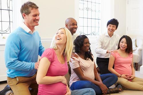 Cours de préparation à la naissance, couples, femmes enceintes, grossesse, bonne humeur