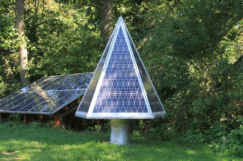 Solarbaum neben Standard-PV-Anlage