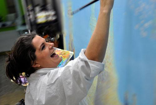 Eva Czako bei der Arbeit im Atelier
