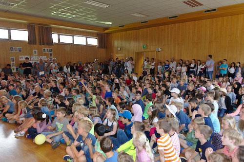 Alle Kinder versammelten sich in der Mehrzweckhalle.