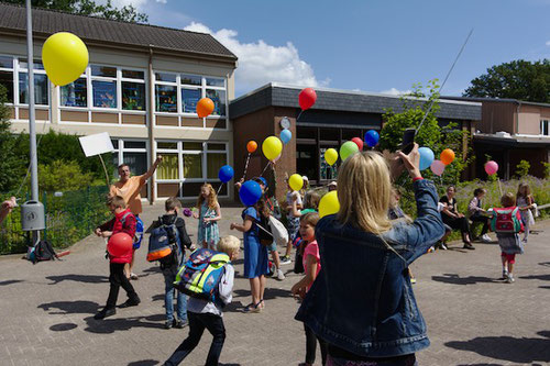 ... ließen dann endlich im von der Flugaufsicht genehmigten Zeitfenster die Luftballons steigen.