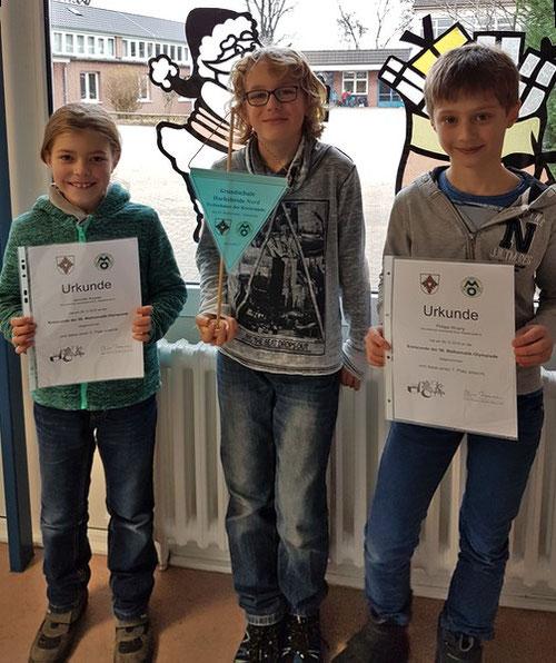 Die stolzen Kinder mit ihren Urkunden