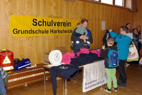 Der Schulverein verkaufte Jacken und T-Shirts.