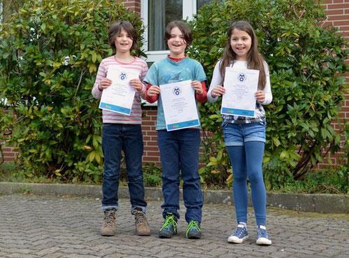 Caja, Svenja und Victoria präsentieren ihre Urkunden.