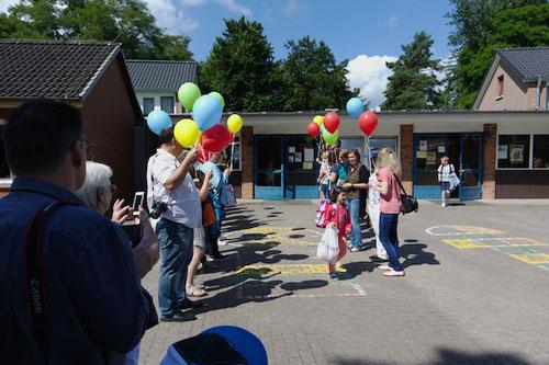 Durch das Spalier mit Luftballons kamen sie dann irgendwann heraus, ...