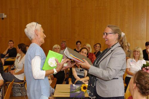 Frau Lilje übergibt die gesammelten Werke für ein Schuljahr an die kommisarische Nachfolgerin Frau Arnold.