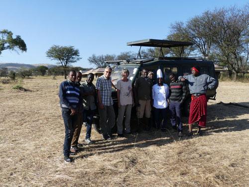 Martina und Antonio mit der Crew vom Mbugani Tented Camp