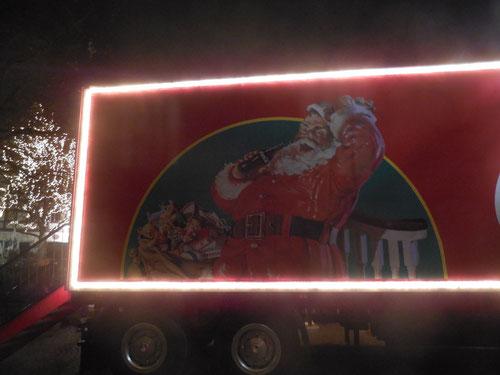 Der Weihnachtsmann mit einem Sack voller Geschenke und einer...