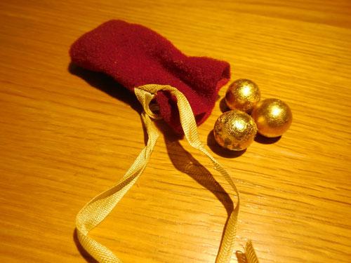 Diese Goldkugeln sind ein Geschenk vom Caritas Kindergarten Großweingarten.