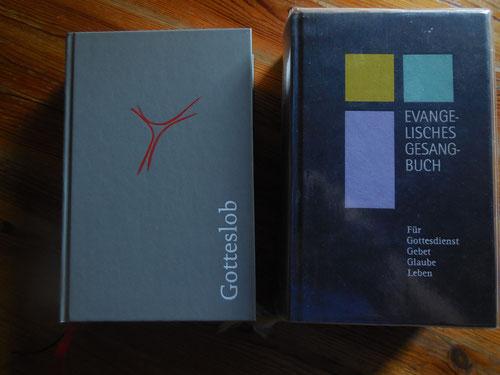 Gotteslob (katholisch) und Evangelisches Gesangbuch. Hier stehen Lieder und Gebete für den Gottesdienst und für zu Hause.