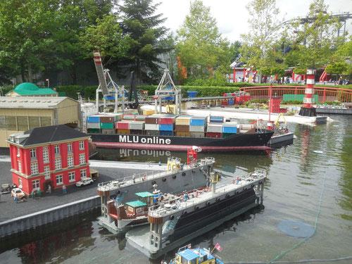 In großen Containern wird der Kaffe mit Schiffen nach Europa gebracht, zum Beispiel nach Hamburg.