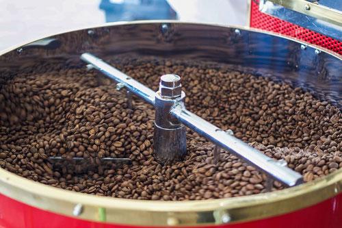 Hier wird der Kaffee bei 200 Grad geröstet. Dadurch erhält der Kaffee seinen Geschmack und die Bohnen sind nun braun.