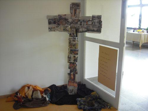 Kreuz mit Zeitungsausschnitten