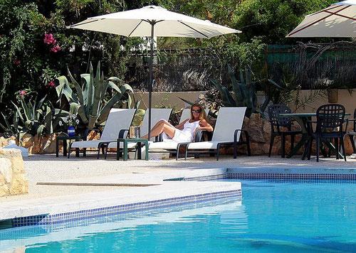 Pool und Sonnenterrasse von der Landhausvilla Casa Monica