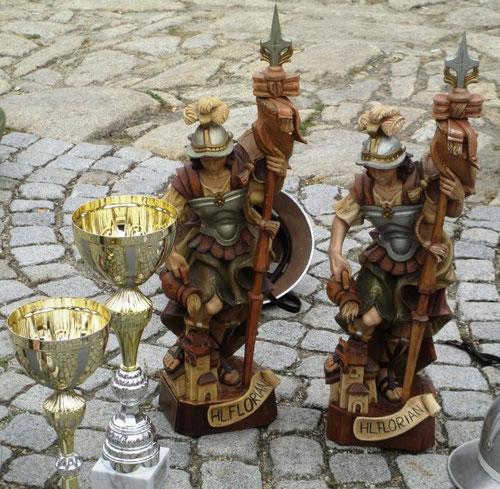 Wanderpreise: 2 x Hl. Florian mit den Pokalen