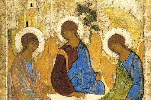 Inspirado en el Génesis 18,1-10. Rublëv representa la Hospitalidad de Abraham,aparecen tres ángeles frente a su tienda en el encinar de Mambré.Loa Padres de la Iglesia han visto en estos tres personajes la prefiguración de la Trinidad.