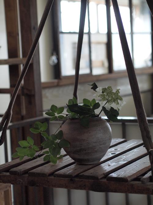 倉庫時代に活躍していたリフトに増田さんの壺。