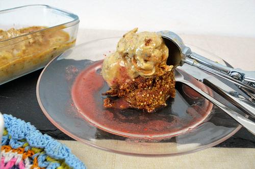 Paleo Apple Crunch mit Mandel Nice Cream und fruchtiger Erdbeersoße