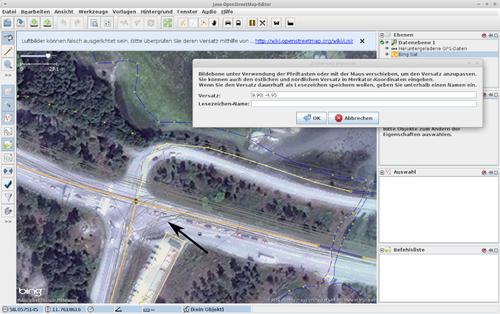 Der schwarze Pfeil zeigt auf die wirren dünnen grauen Linien, das sind die GPS-Rohdaten. Wie man sieht, sind diese gegen die Straßenzüge des Luftbilds versetzt.