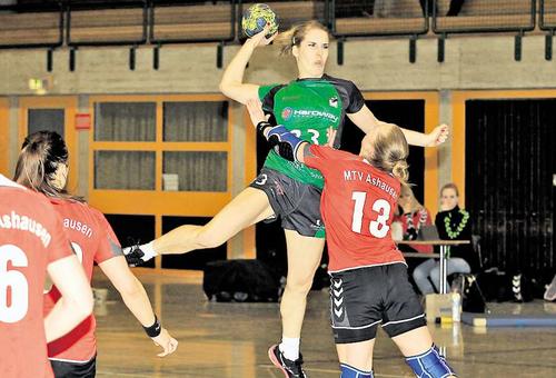 Nur selten sind die TuS-Damen wie hier Chiara Dittrich (am Ball) gegen Ashausens Ann-Kathrin Wachsmann obenauf. Plümer