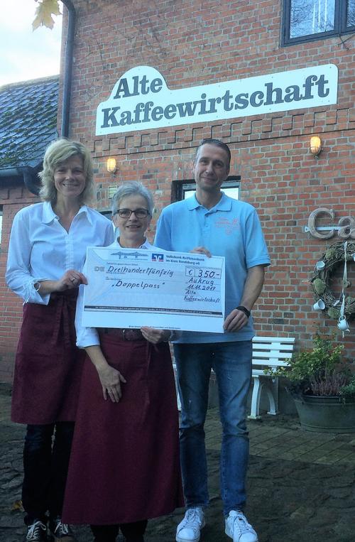Die Inhaberinnen Nicole Grünewald und Doris Beyer (v.l.) mit DoppelPASSer Torsten bei der Spendenübergabe