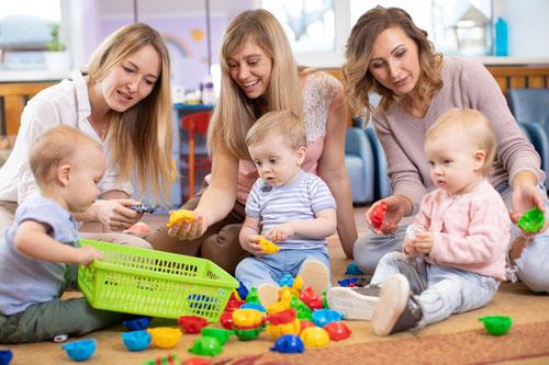 Babykurs mit spielenden Babys und Muttis im Kursstudio in Düsseldorf-Gerresheim