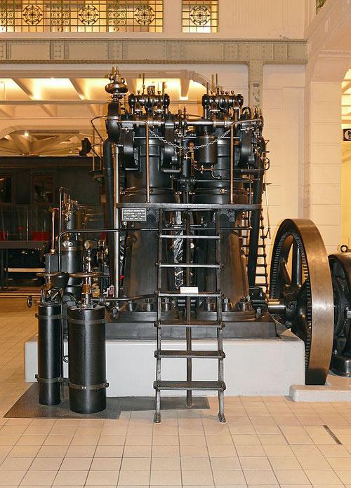 Grazer 80 PS-Zweizylindermotor, Baujahr 1915,  ausgestellt im Technischen Museum Wien