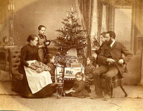 Weihnachten mit Weihnachtsbaum 1892 (Quelle: Wikipedia)