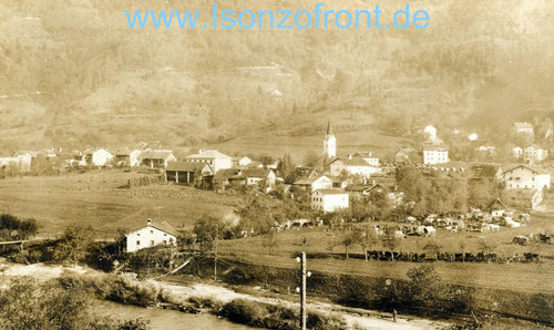 Das Dorf Idria im Idriatal im Oktober 1917. Davor einige Wagen die man wohl vor Tagesanbruch nicht mehr verstecken konnte. Sammlung www.Isonzofront.de