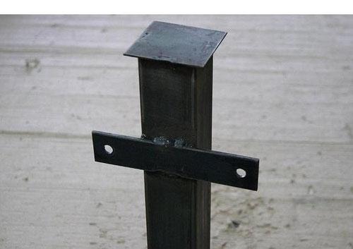 столб металлический окрашенный.