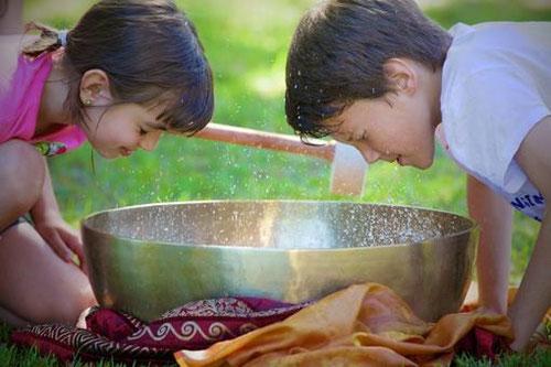 Kinder Wasserspass mit der XL Klangschale