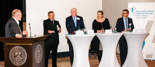 Der Chefredakteur der Börsen-Zeitung und Diskussionsleiter Claus Döring, Prof. Dr. Wolfgang Bessler (Gießen), Prof. Christian Strenger (HHL), Frau Daniela Mattheus (E&Y) und Prof. Dr. Markus Roth (von links nach rechts)