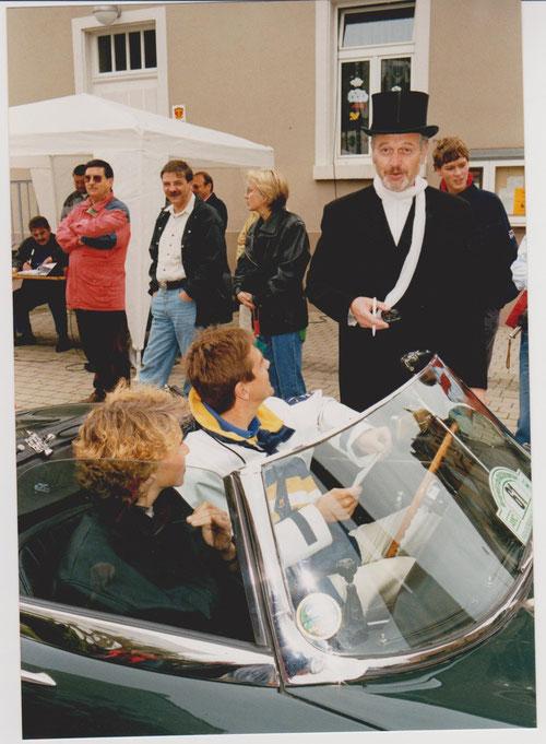 Hans-Peter Keller mit Frau auf JAGUAR E-Type