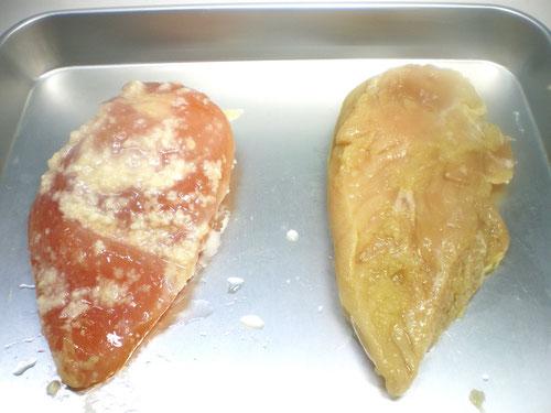 分厚いとりむね肉をアツアツ鉄板とオサエちゃんで焼きます。