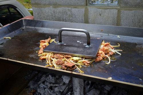 鉄板プレス料理ホルモン焼き