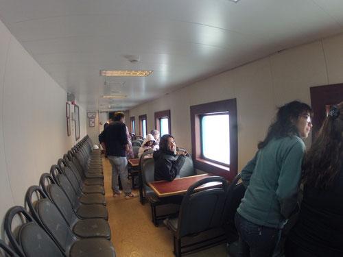 En la sala de pasajeros de la embarcación