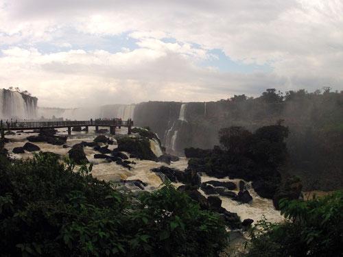 Vista de la Grganta del Diablo y frente a ella la paserela que pasa sobre la caída de agua