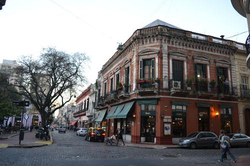 Café frente a Plaza Dorrego