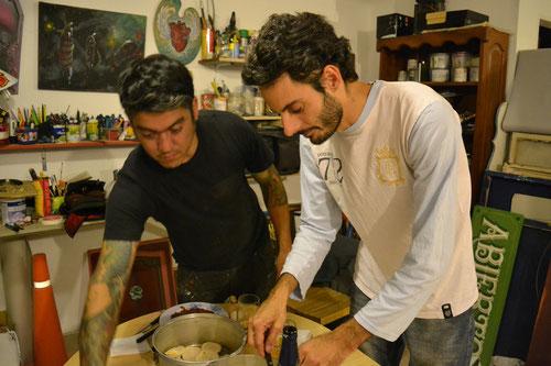 Martín y Pablo preparando la mesa