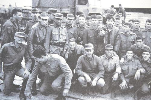 Grupo de jóvenes rumbo a la guerra