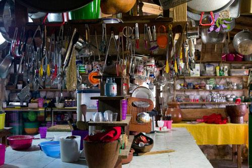 La cocina del campamento Toron-Kan, con indumentaria como para poner un restaurante en cualquier capital