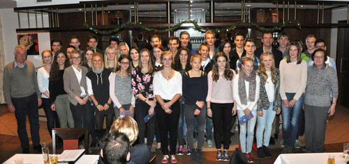24 Athletinnen und Athleten bedankten sich stellvertretend für den gesamten Verein. Rechts: Martha Krasenbrink, links Andreas Böing (neuer Vorsitzender).