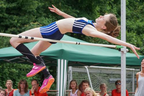 Enie Dangelmaier, hier beim Hochsprung, den sie mit übersprungenen 1,63 m gewann, steuerte insgesamt 4 Medaillen zur LAZ-Ausbeute bei. (Foto: Roman Buhl)
