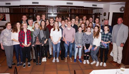 Das Gruppenfoto zeigt die  erfolgreichen Sportlerinnen und Sportler mit Bürgermeister Jürgen Bernsmann, der Ehrenvorsitzenden Martha Krasenbrink, dem 1. Vorsitzenden Andreas Böing und LVN-Stützpunktrainer und LAZ-Sportwart Jürgen Palm.