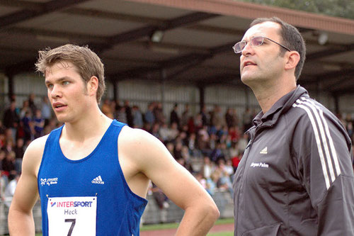 Jürgen Palm, Leiter des Sportzentrums Rhede, mit Sprint-Ass Daniel Schnelting