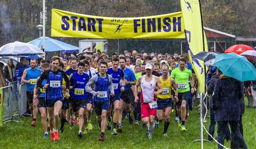 Start des 5- und 10-km-Laufes mit Stefan Ritte (338), Janek Betting (832) und Erik Höpfner (307). (Foto: Jan-Hendrik Ridder)