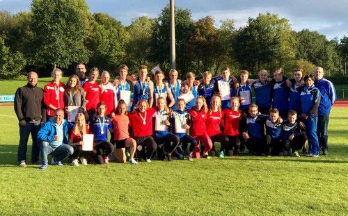 Das Foto zeigt die U16- und U18-Mannschaften 2017 nach der Siegerehrung in Troisdorf.